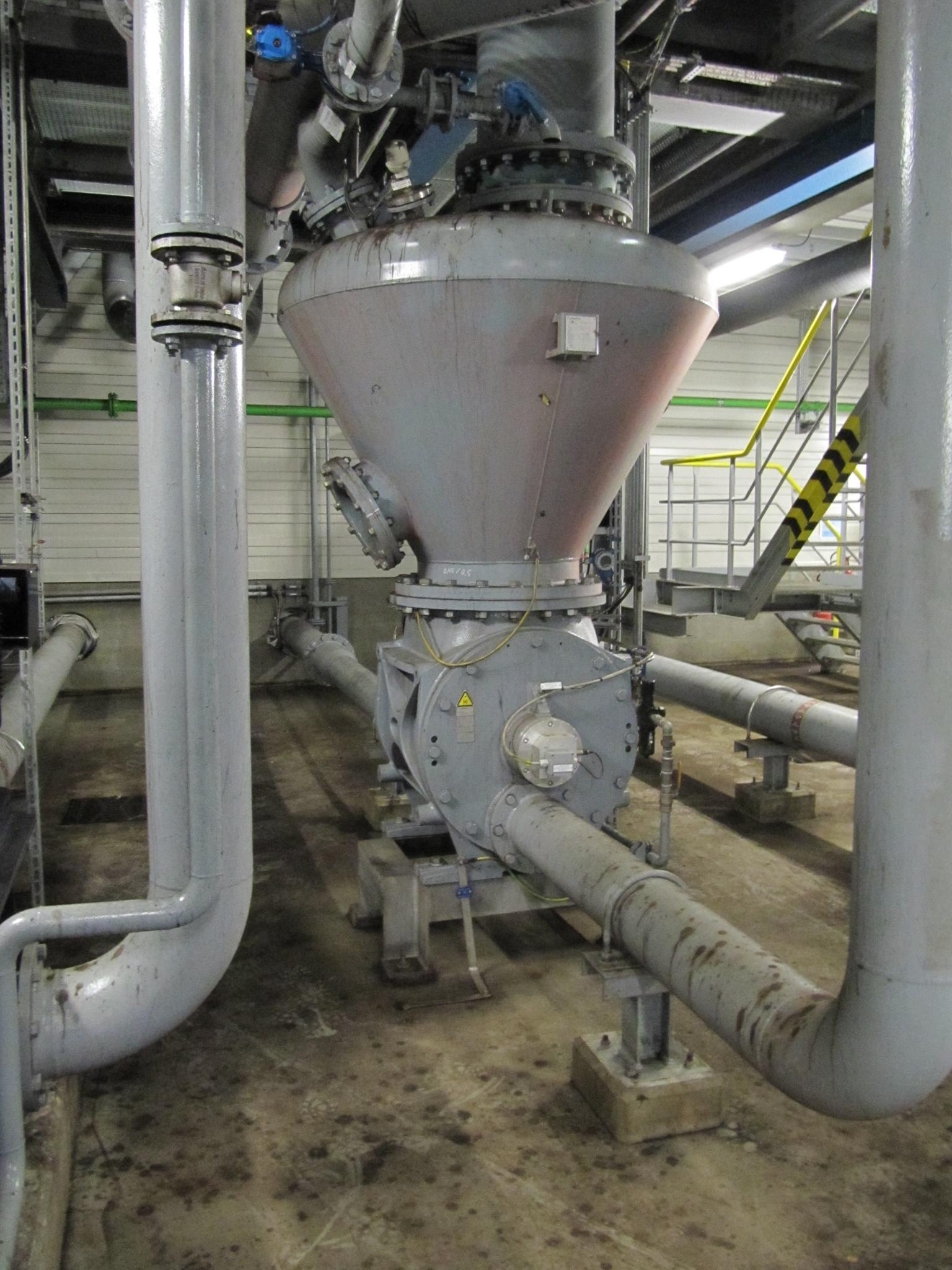 A wear-protected rotary valve type ZXQ with a diameter of 600mm feeds more than 60t/h of dry lignite into a pneumatic conveying system and has extremely low energy and operating costs. Photo: Coperion, Weingarten/Germany