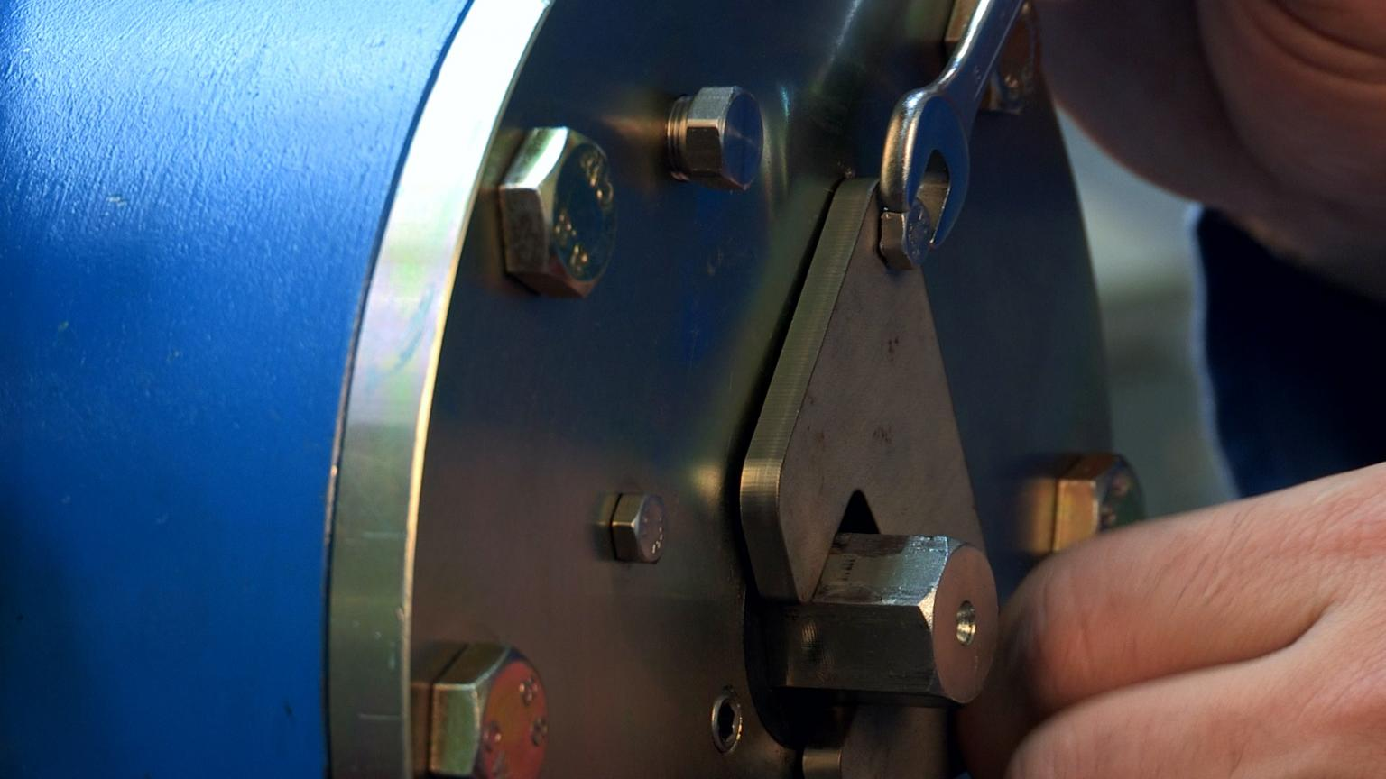 Removal of the spindle locking plate is quick and simple