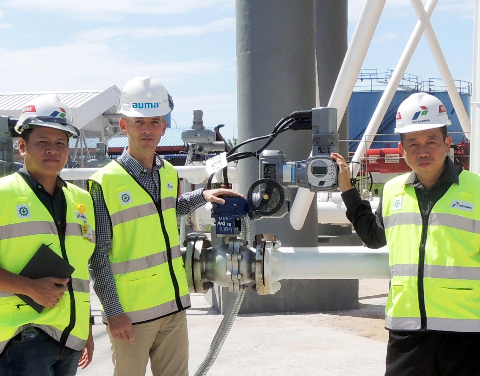 Representatives from Auma and Shell Oman Marketing Company with the SIMA master station following successful factory acceptance tests at AUMA'S production site in Wenden, Germany