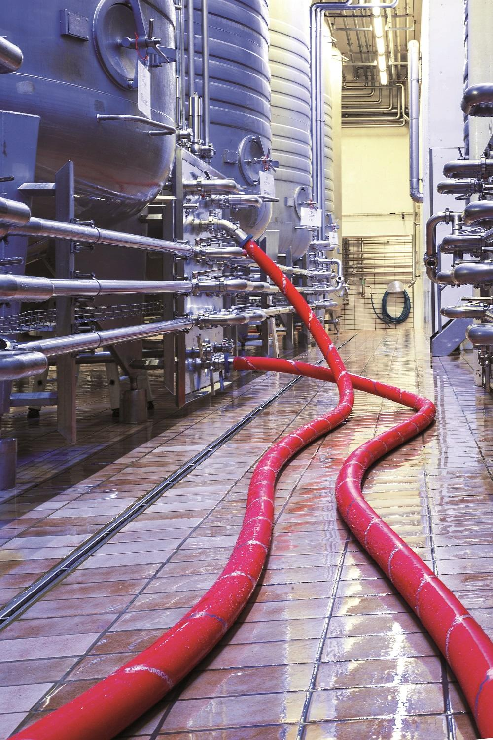In dairies, breweries, wineries and in the manufacture of fruit juices and soft drinks, the food and beverage hoses from ContiTech contribute to a hygienically flawless production process. Photo: ContiTech