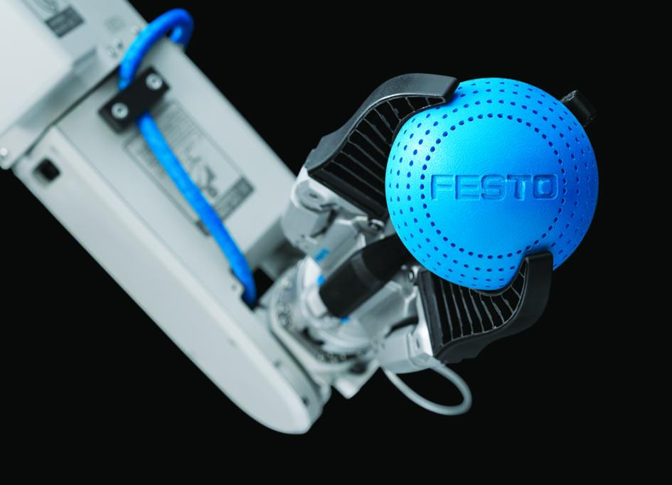 Festo's MultiChoiceGripper picks up a ball using the surrounding grip. The form-fitting Fin Ray-Fingers adapt to the ball's shape, exerting less force than conventional force-fitting grippers