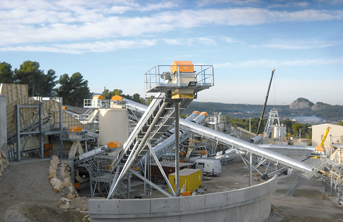 In quarries, powerful industrial gear units such as those from the Nord Drivesystems range are required to drive belt conveyors.