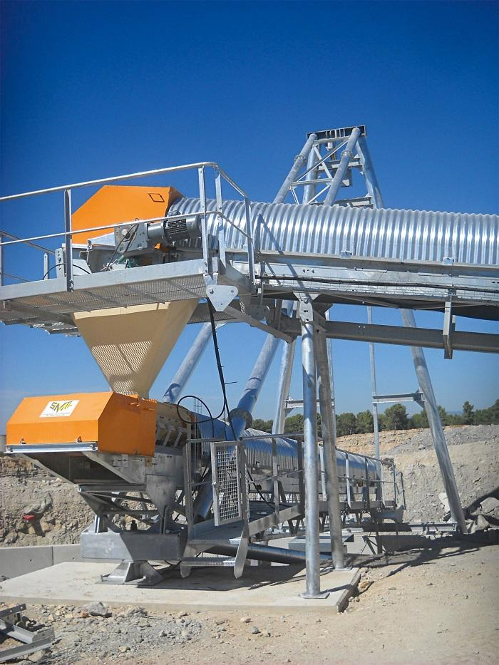 Drive solutions for continuous conveyors with conveyor belts have to be tough.