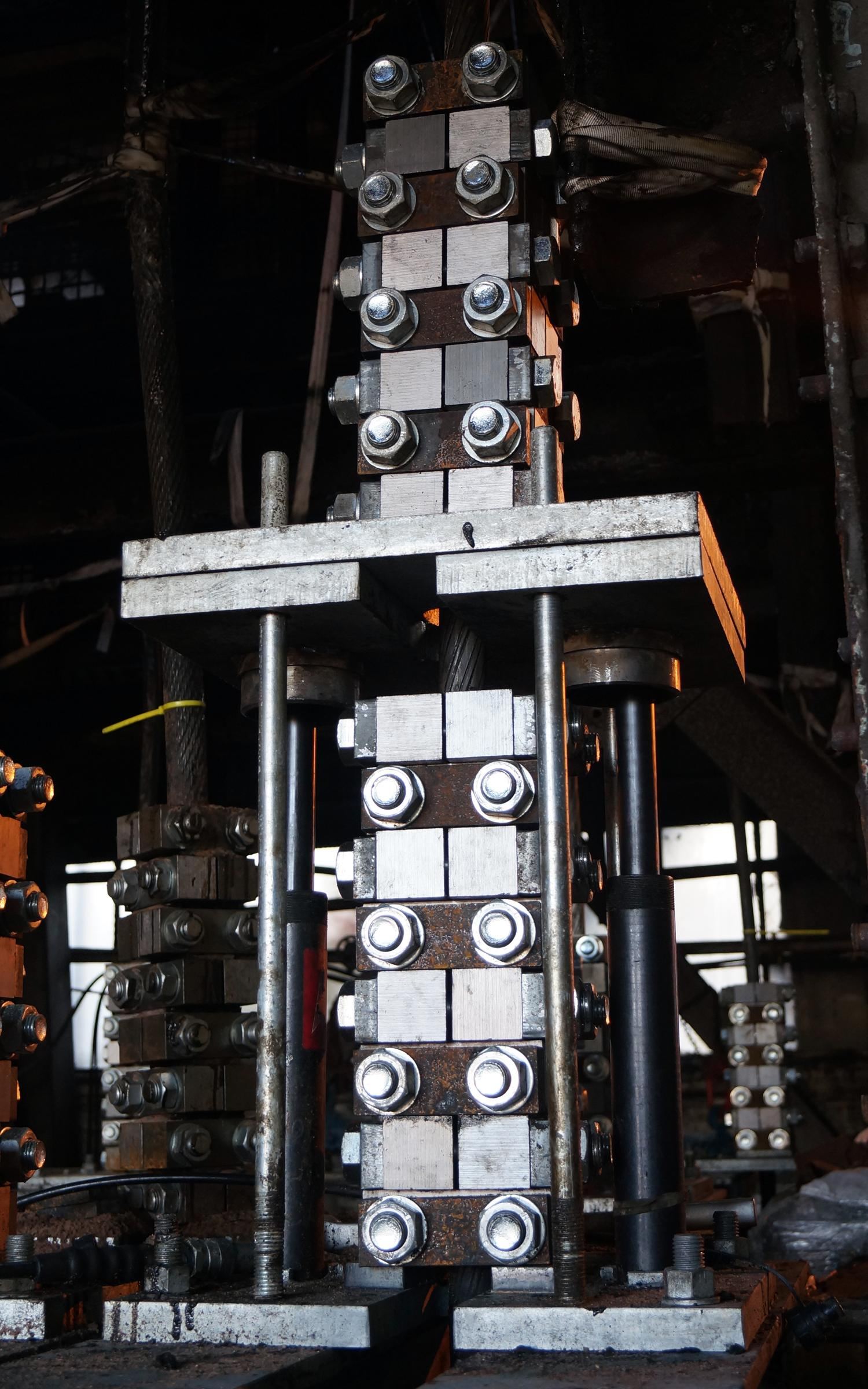 Each of the 14 wire ropes, which weigh 14 tonnes each including weights, is fitted with eight 2-bolt clamps and then raised using a hydraulic jack sufficiently to allow a second set of clamps to be installed below the first