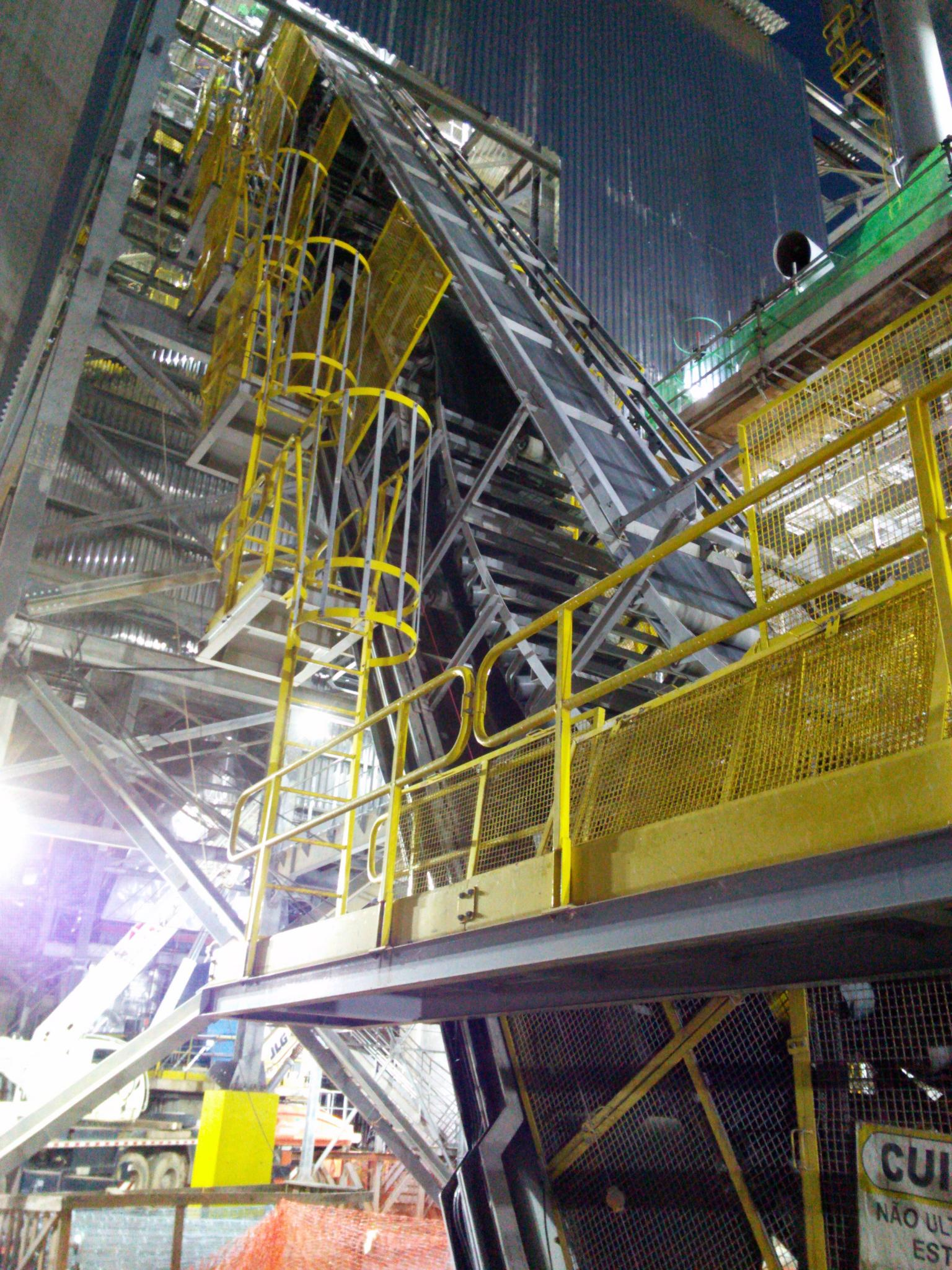 DSI Sandwich high-angle conveyor elevates 720 t/h of limestone, iron ore, sand and clay at a 60 degrees angle at a cement plant in Brazil