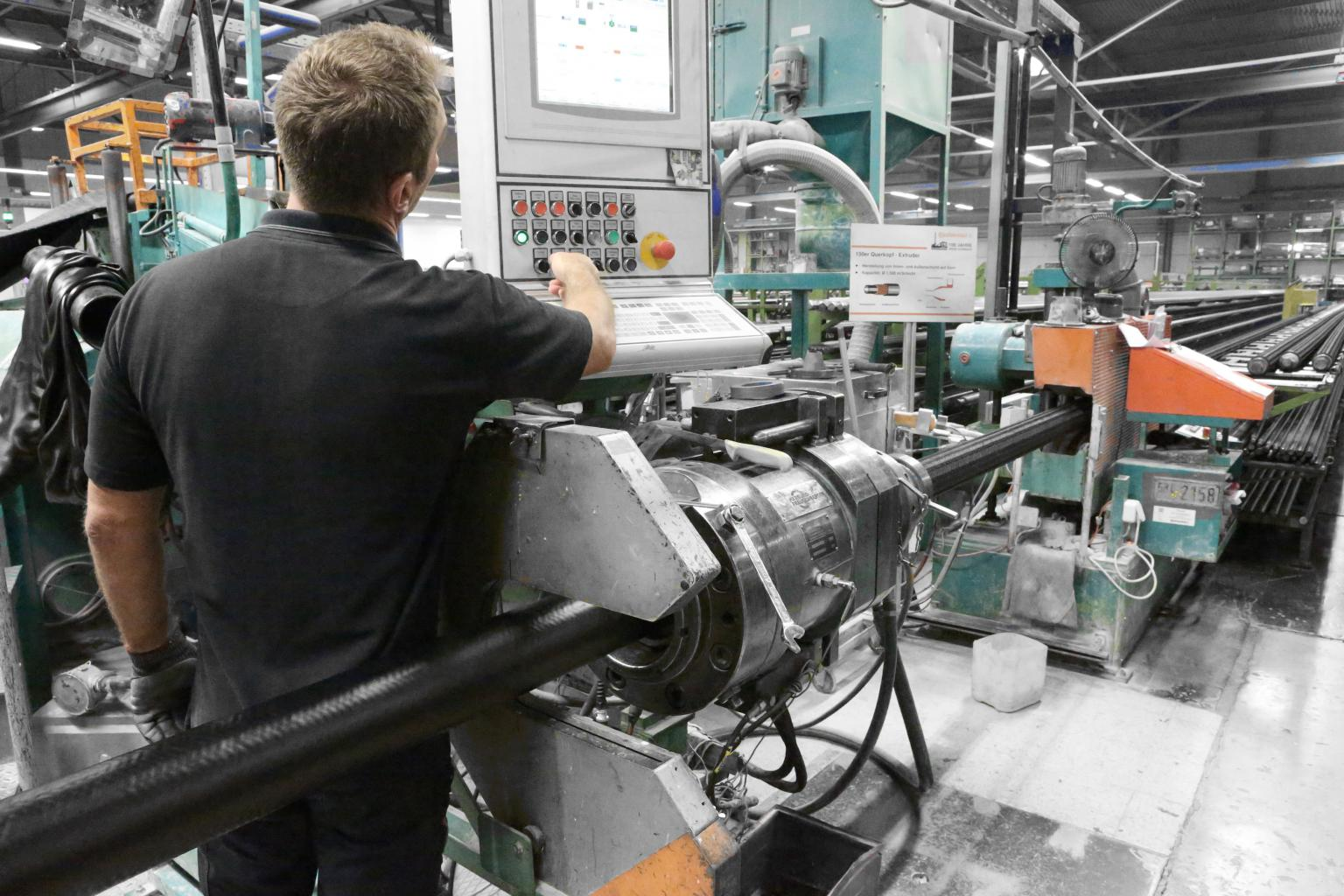 ContiTech uses state-of-the-art manufacturing machines to produce hoses. Freely programmable controls reliably regulate the processing of every order