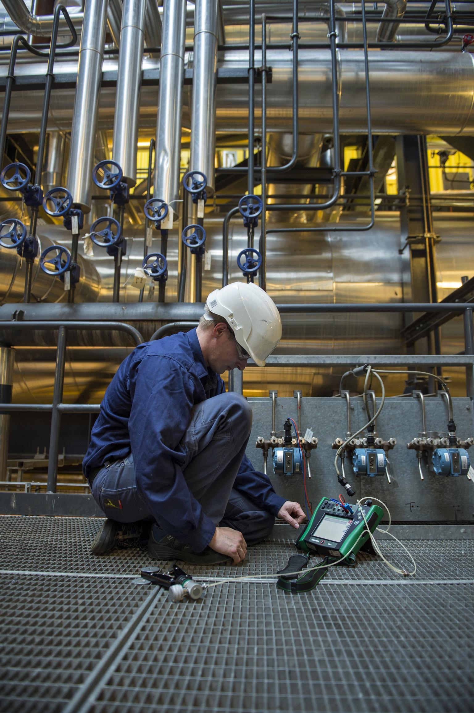 An intelligent calibrator performs an automatic Pass/Fail calculation and complicated calculations are not necessary